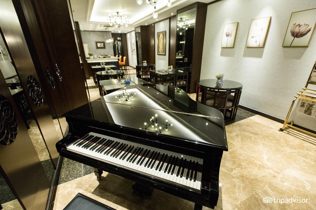 piano-bar--v17857601.jpg